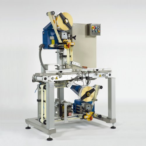 Top and bottom labelling machine for adhesive label application
