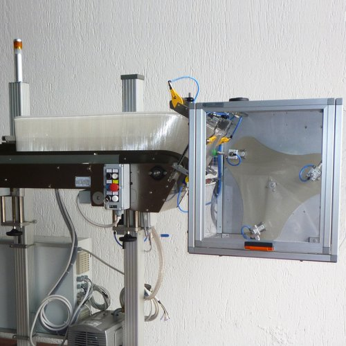 Automatic pick and place machine for highnes speed products feeding and placing