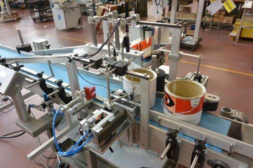 Sistema di etichettatura avvolgente per secchi di vernice